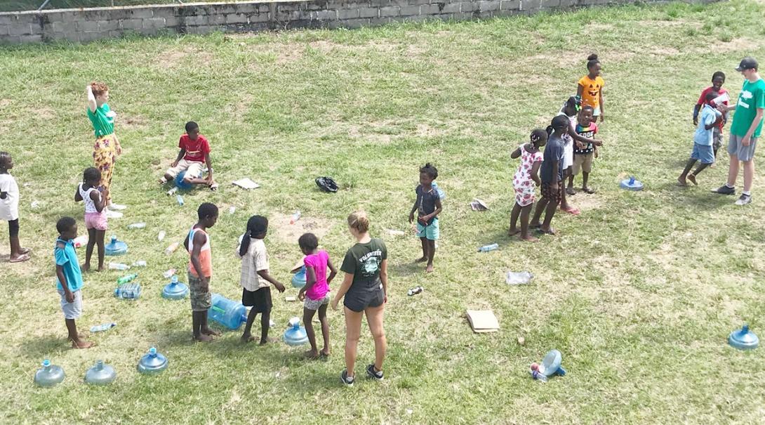 ベリーズの子供たちにリサイクルを教える高校生ボランティアたち